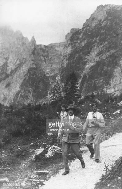 Politiker, NSDAP, D- mit Julius Schaub und seiner Nichte Angela Raubal bei einem Spaziergang auf dem Obersalzberg bei Berchtesgaden- um 1930
