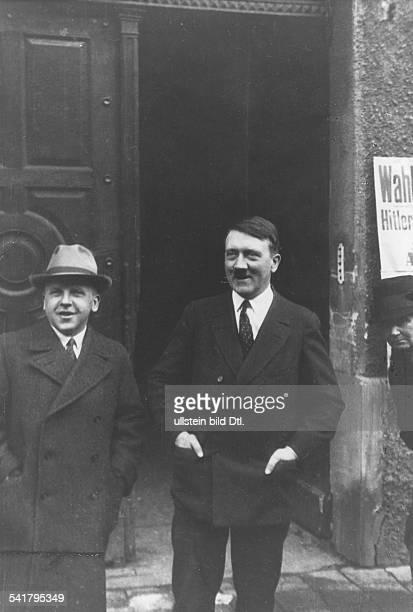 *20041889Politiker NSDAP D mit Max Amann dem Geschäftsführer des NSDAPVerlags Franz Eher Nachf vor Hitlers früherer Wohnung in der Thierschstrasse in...