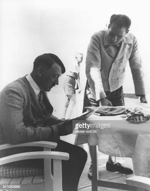 *20041889Politiker NSDAP D mit Rudolf Hess bei der Zeitungslektüreauf der Terrasse von Haus Wachenfeld demspäteren Berghof auf dem Obersalzbergbei...