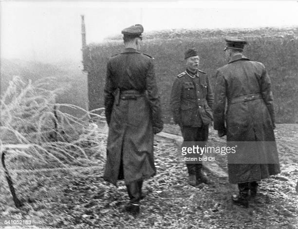 *20041889Politiker NSDAP D nimmt vor einem Bunker in der'Hauptkampflinie der Westfront'die Meldung eines Soldaten entgegen