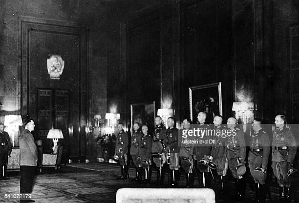 *20041889Politiker NSDAP D spricht in der Reichskanzlei in Berlinvor neuernannten Ritterkreuz Trägernvon links die Generale Franz Halder...