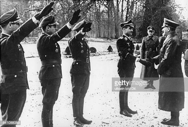 *20041889Politiker NSDAP D trifft zu einem Besuch des an derKanalküste stationierten Jagdgesachwaders'Schlageter' ein Kommodore Adolf...