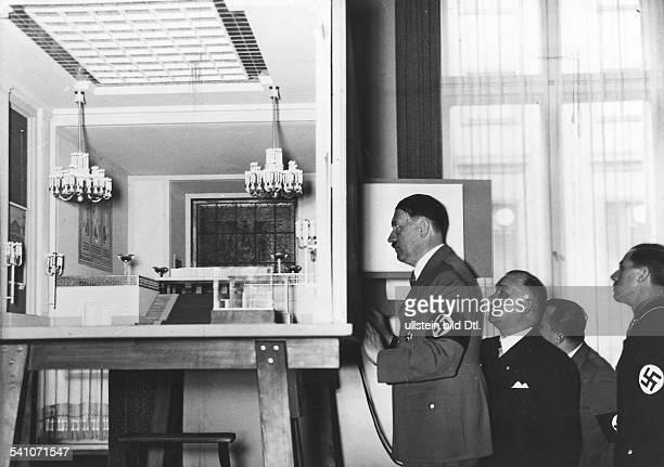 *20041889Politiker NSDAP D vor einem Modell des 'Deutschen Hauses'für die Pariser Weltausstellung 1937nach rechts der Architekt WoldemarBrinkmann...
