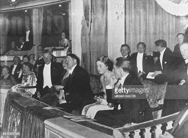 *20041889Politiker NSDAP D Vorstellung `Die lustige Witwe' im Deutschen Opernhaus in Berlin Charlottenburg Adolf Hitler in der Ehrenloge zusammen mit...