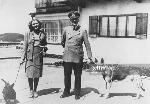 *20041889Politiker NSDAP Daus einem Fotoalbum aus dem Nachlass vonEva Braunauf dem Obersalzberg bei Berchtesgadenauf der Terrasse des Berghof...