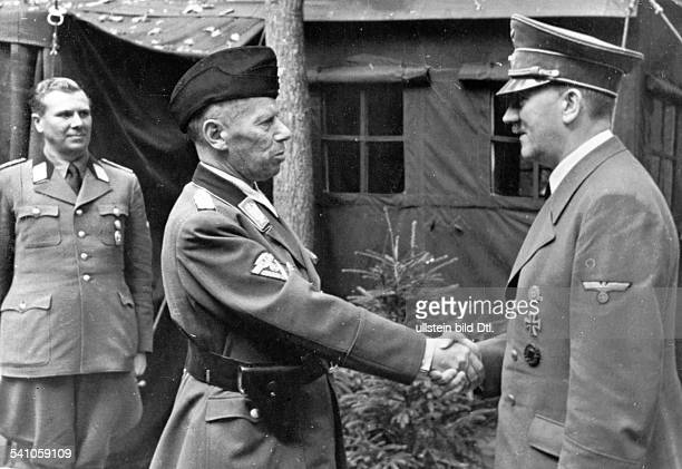 *20041889Politiker NSDAP DFührerhauptquartier 'Wolfsschanze' beiRastenburg in Ostpreussen Hitler begrüsstNSKKFührer Adolf Hühnlein linksAdjutant...