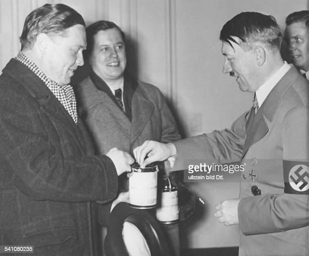 *20041889Politiker NSDAP D'Tag der Nationalen Solidarität' eineSpende für die Schauspieler HansBrausewetter und Paul Dahlke ganz rechts der...