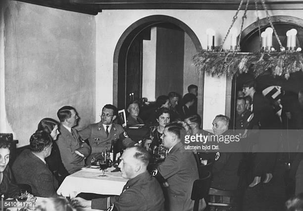 *20041889Politiker NSDAP DWeihnachtsfeier für die engstenMitarbeiter in der Reichskanzlei inBerlin neben Hitler Chefsekretärin Johanna Wolf und...