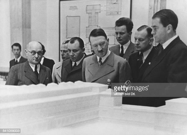 *20041889Politiker NSDAP D'Zweite Deutsche Architektur undKunsthandwerk Ausstellung' im Haus derDeutschen Kunst in München Hitler beieiner...