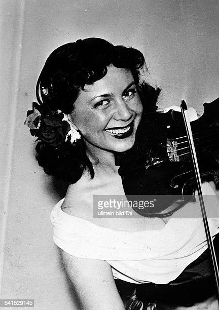 2004Musikerin Rumänienmit Geige um 1952