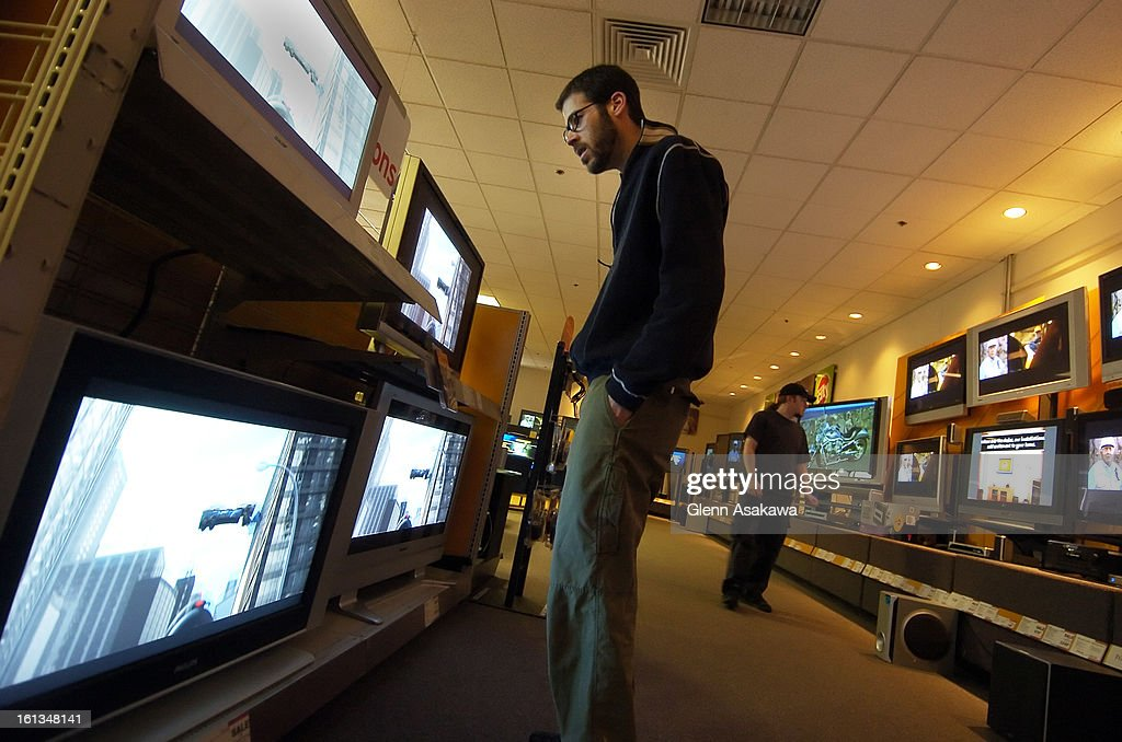 WESTMINSTER, COLORADO--APRIL 27, 2006--Brian <cq> Soper <cq> , 32, of Westminster, looks over plasma televisions in the widescreen television display area at Circuit City on a recent afternoon. (DENVER POST STAFF PHOTO BY GLENN ASAKAWA). : Foto jornalística