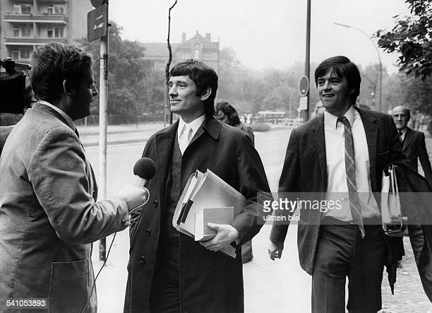 Rechtsanwalt, Politiker, Die Grünen; BRDseit 1989 Mitglied der SPDmit seinem Kollegen Christian Ströbele am Rande des Prozesses gegen HorstMahler-...