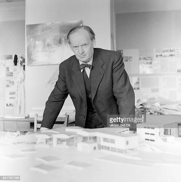 *20091893Architekt DPorträt vor einem Architekturmodell um 1956