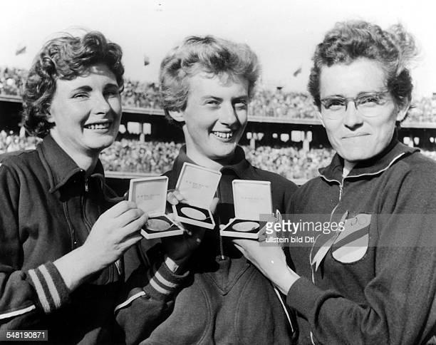 200m Frauen Die drei Ersten präsentieren ihre Medaillen vl Marlene Matthews Betty Cuthbert Christa Stubnick
