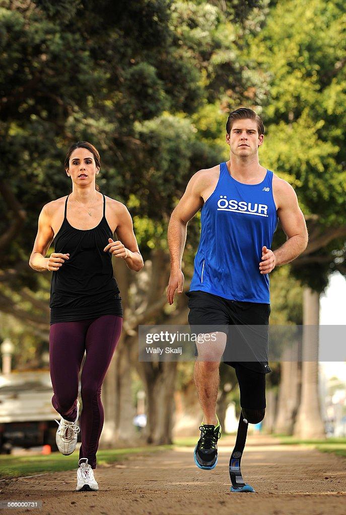 SANTA MONICA, CALIFORNIA NOVEMBER 26, 2013-Former USC volleyball player Kelli Tennant, and former UC : News Photo