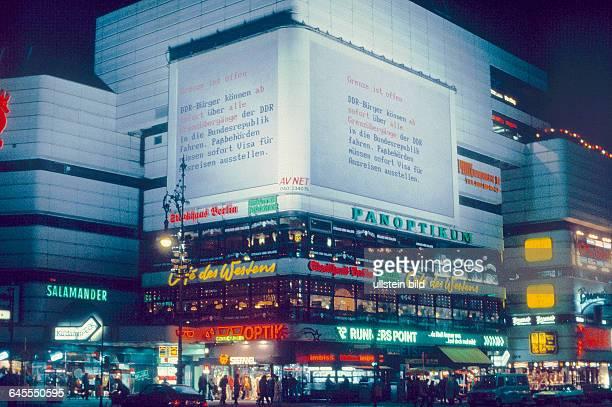 Oo Uhr auf das Schrift Panneel am KU'DAMM - ECK, JOACHIMSTHALER PLATZ ,es ist der Abend des 9. November 1989, die Besucher aus dem anderen Teil...