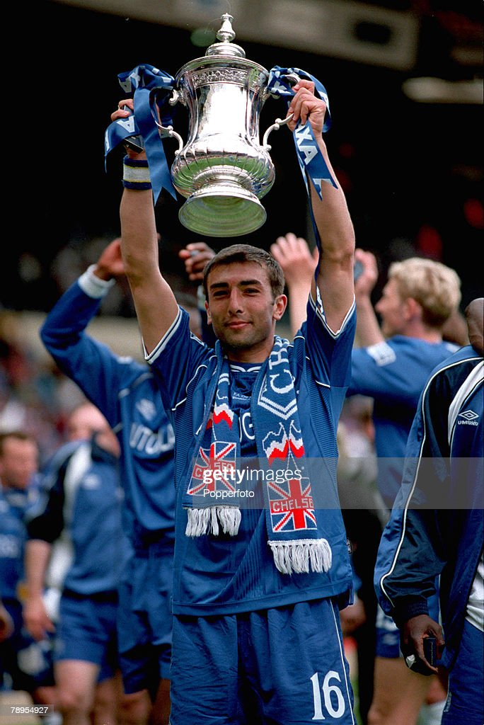 20th May 2000. Wembley, London. AXA FA Cup Final. Chelsea 1 v Aston Villa 0. Roberto Di Matteo with the FA Cup after his second half goal won the Cup for Chelsea. : ニュース写真