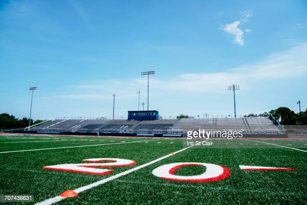 20-yard line on football field - empty bleachers stockfoto's en -beelden