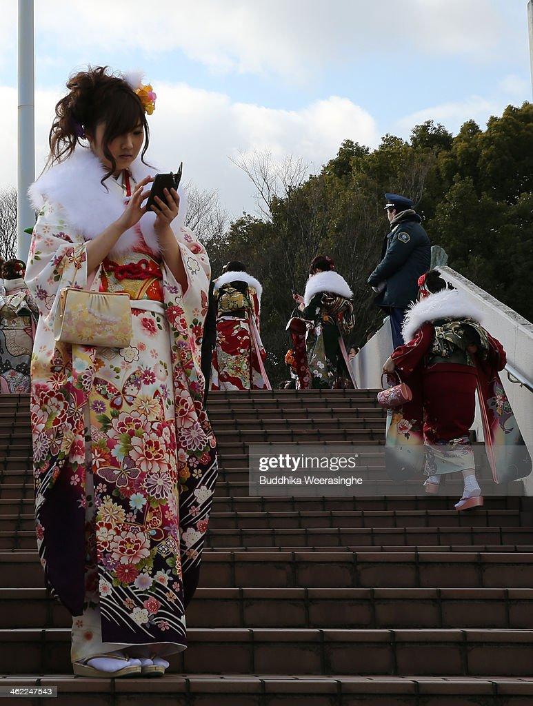 Twenty Year Old Japanese Celebrate Coming of Age Day : Nachrichtenfoto