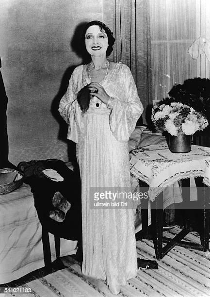 Sängerin, Schauspielerin, Österreich Ganzkörperaufnahme in der Titelrolle der Operette 'Eine Frau, die weiss, was sie will' im Metropol-Theater in...