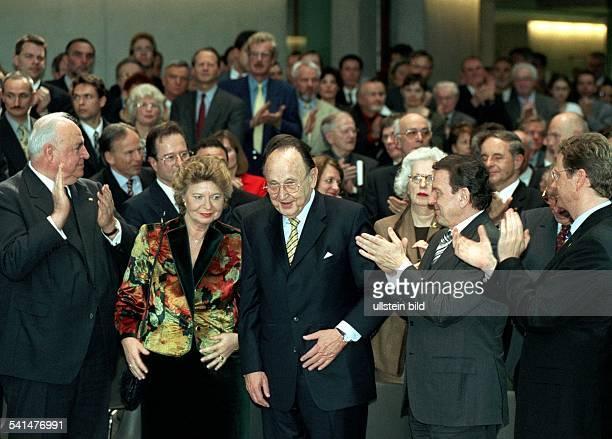 Autor Rechtsanwalt Unternehmer Politiker FDP Dmit Ehefrau Barbara beim Empfang zu seinem 75 Geburtstag vl applaudieren dem Jubilar Helmut Kohl...