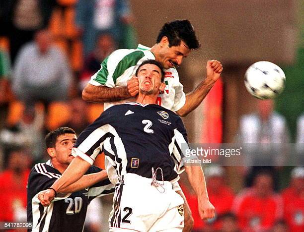 Sportler Fussball IranFussballWM in Frankreich VorrundeGruppe F in St Etienne JugoslawienIran 10 im Kopfballduell mit Zoran Mirkovic