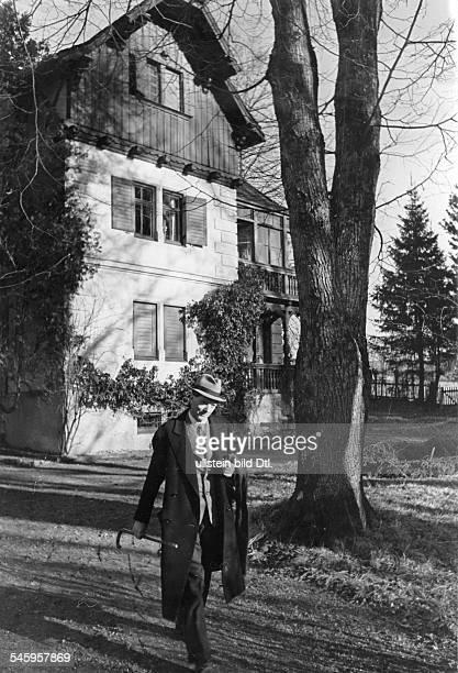 *21121881Schriftsteller Kinderbuchautor Dvor seinem Wohnhaus am Starnberger See veröff Illustr 15/1941Foto ErnstBaumann