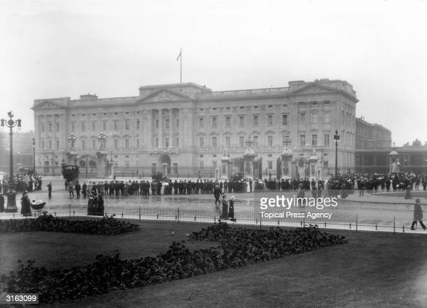 Crowds gather outside Buckingham Palace the meeting place for Government and Irish delegates during the Home Rule Conference
