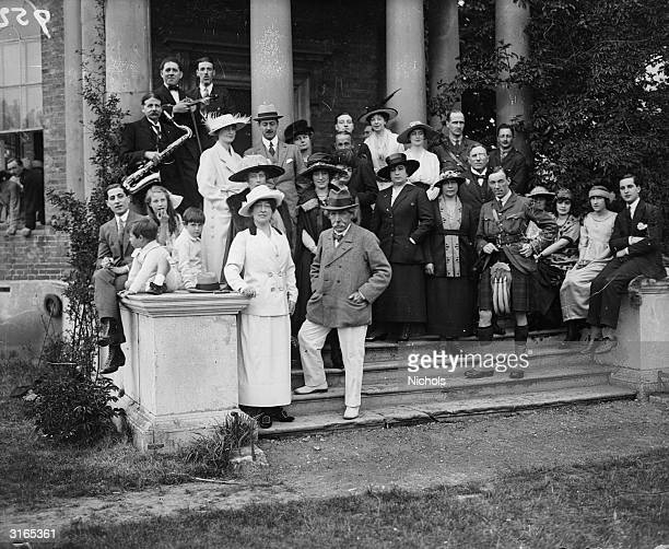 Members of the band and holidaymakers at the New Garrick Lawn Club, Hampton Court.