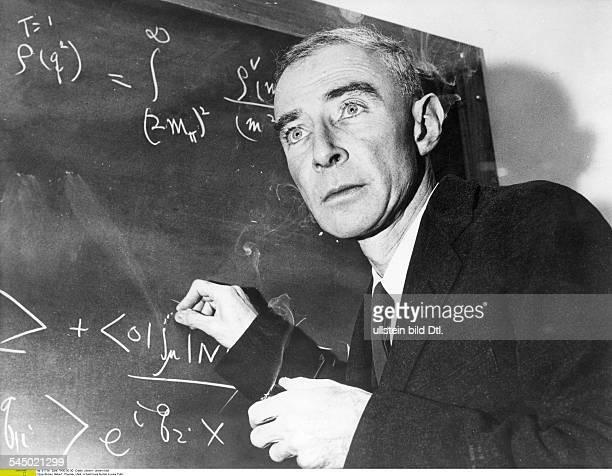*Physiker USAschreibt Formeln an die Tafel undatiert