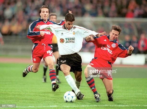 Sportler Fussball RumänienChampions League Gruppe F BayernMünchen FC Valencia 11 Spielszene im Zweikampf mit LotharMatthäus links hinten Jens Jeremies