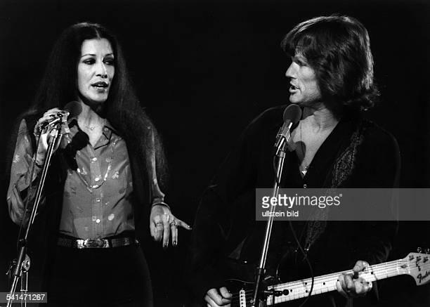 *CountrySänger Songwriter Schauspieler USA mit Ehefrau Rita Coolidge bei einem Auftritt
