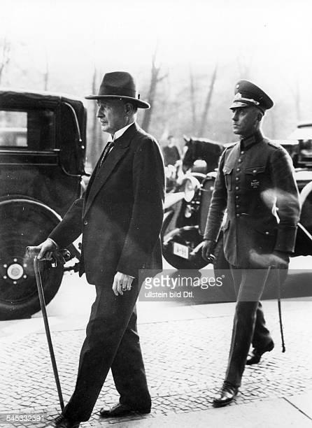 Offizier, Politiker, Dverlässt mit seinem Adjutanten das Reichstagsgebäude, Berlin- 1930
