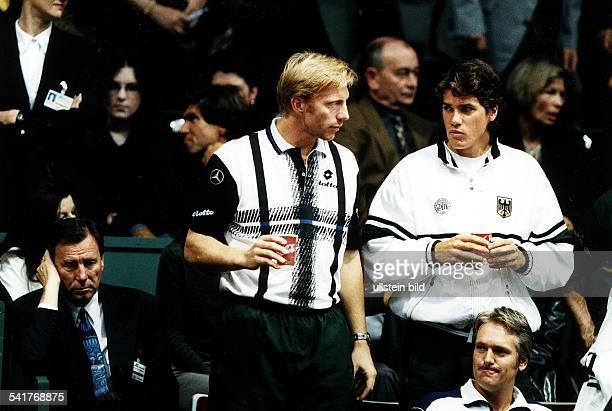 Sportler Tennis D Daviscup in Bremen DeutschlandSüdafrika 50 mit Thomas Haas auf der Tribünevorne links Niki Pilic April 1998