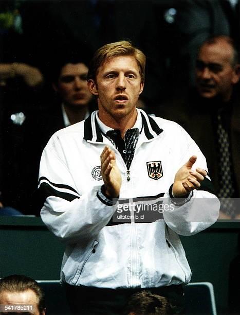 Sportler Tennis D Daviscup in Bremen DeutschlandSüdafrika 50 steht auf der Tribüne und klatscht indie Hände April 1998