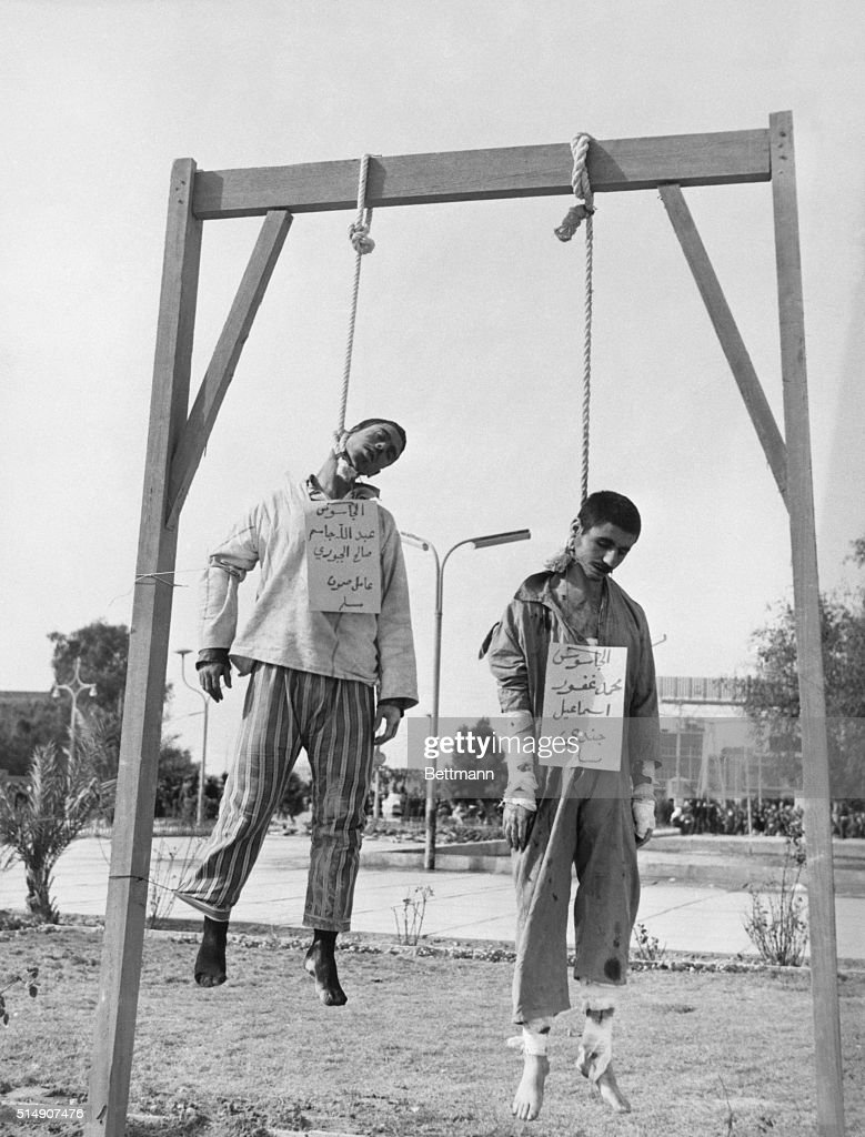 Men Hanging from Gallows in Iraq : Fotografía de noticias