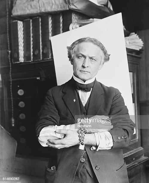 2/27/1918Houdini showing how to slip handcuffs