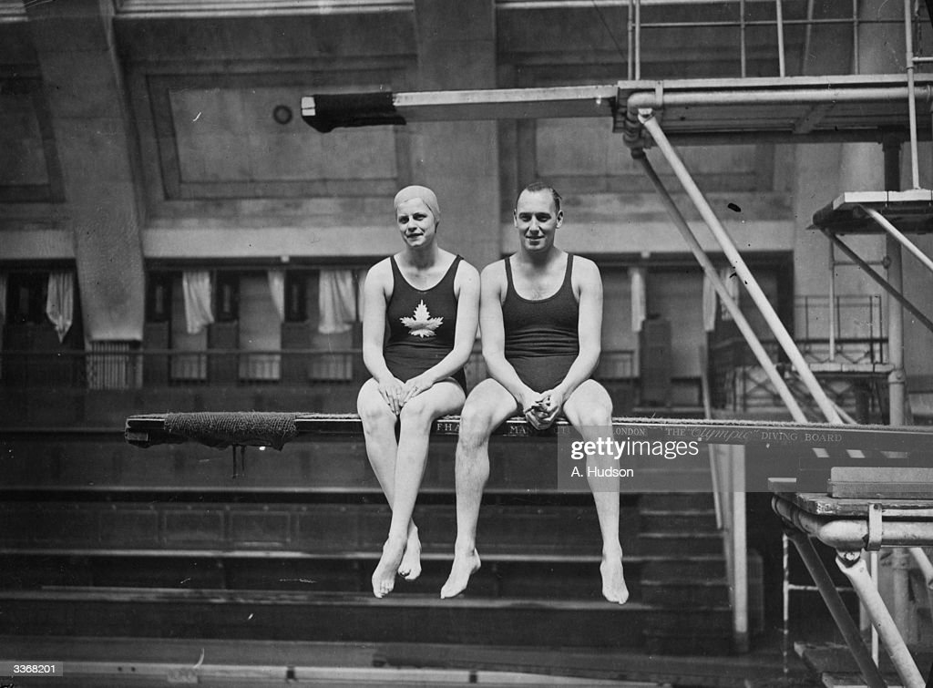 Swimming Courtship : News Photo