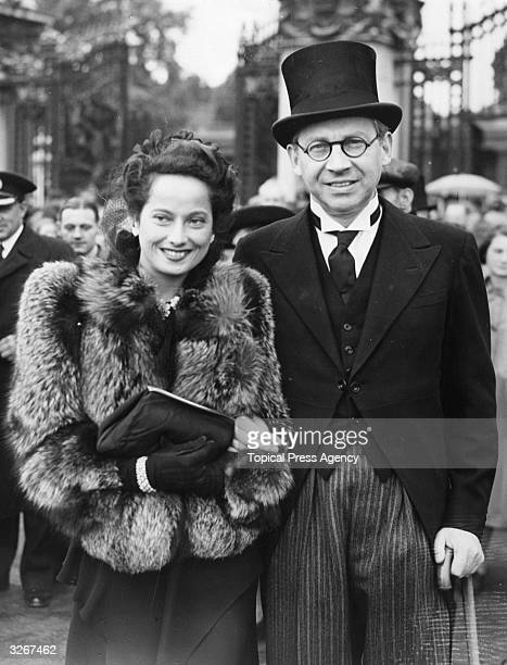 Film producer Sir Alexander Korda leaves Buckingham Palace arminarm with his wife film star Merle Oberon after receiving a knighthood He was the...