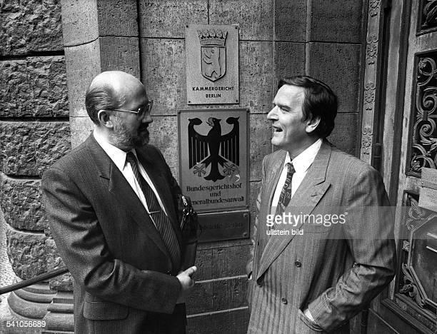 Jurist, Rechtsanwalt, DHorst Mahler mit seinem Anwalt, dem SPD - Politiker Gerhard Schröder vor dem Kammergericht in Berlin-