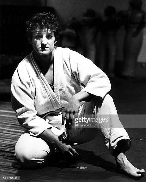 * Sportlerin Judo DDR im Judoanzug auf der Matte