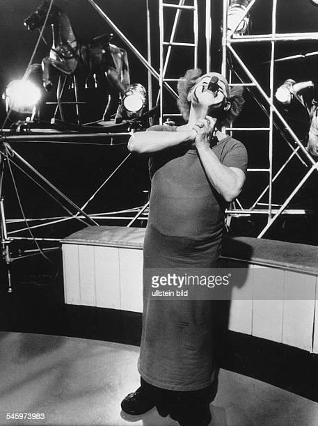 """Clown, Komiker, Pantomime, SpanienRivel in der Pose von """"Akrobat schööön"""" bei Dreharbeiten zu der ZDF Produktion """"Ball im Savoy"""" und """"Charly Rivel..."""
