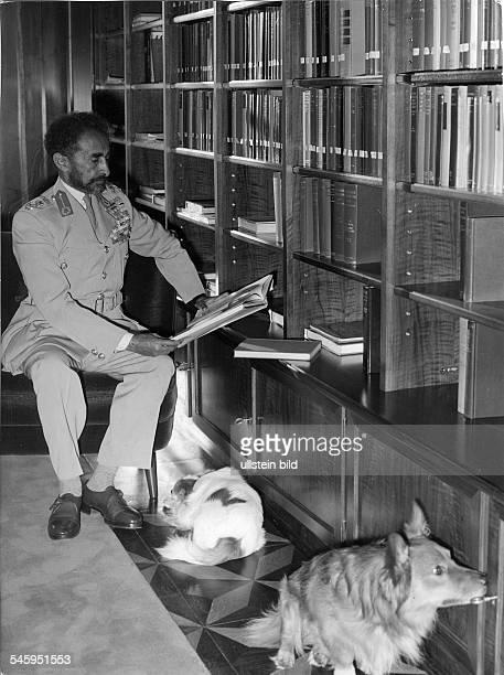 *23071892Ras Tafari MakkonenKaiser Äthiopien 19301974 Porträt in seiner Bibliothek 1973