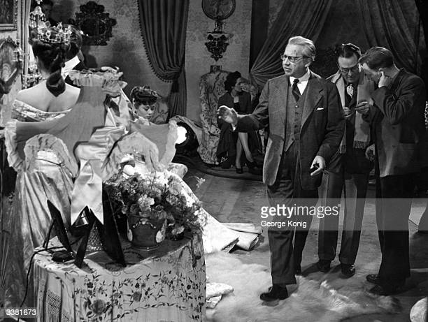 Hungarianborn British film director and producer Alexander Korda directing Diana Wynyard and Glynis Johns during filming of Oscar Wilde's 'An Ideal...