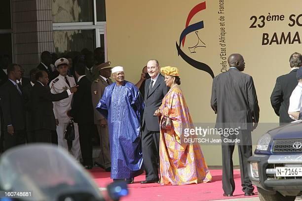 23rd Franceafrica Summit Arrivée souriante de Jacques CHIRAC entre le président malien Amadou TOUMANI TOURE et son épouse Mariam à BAMAKO