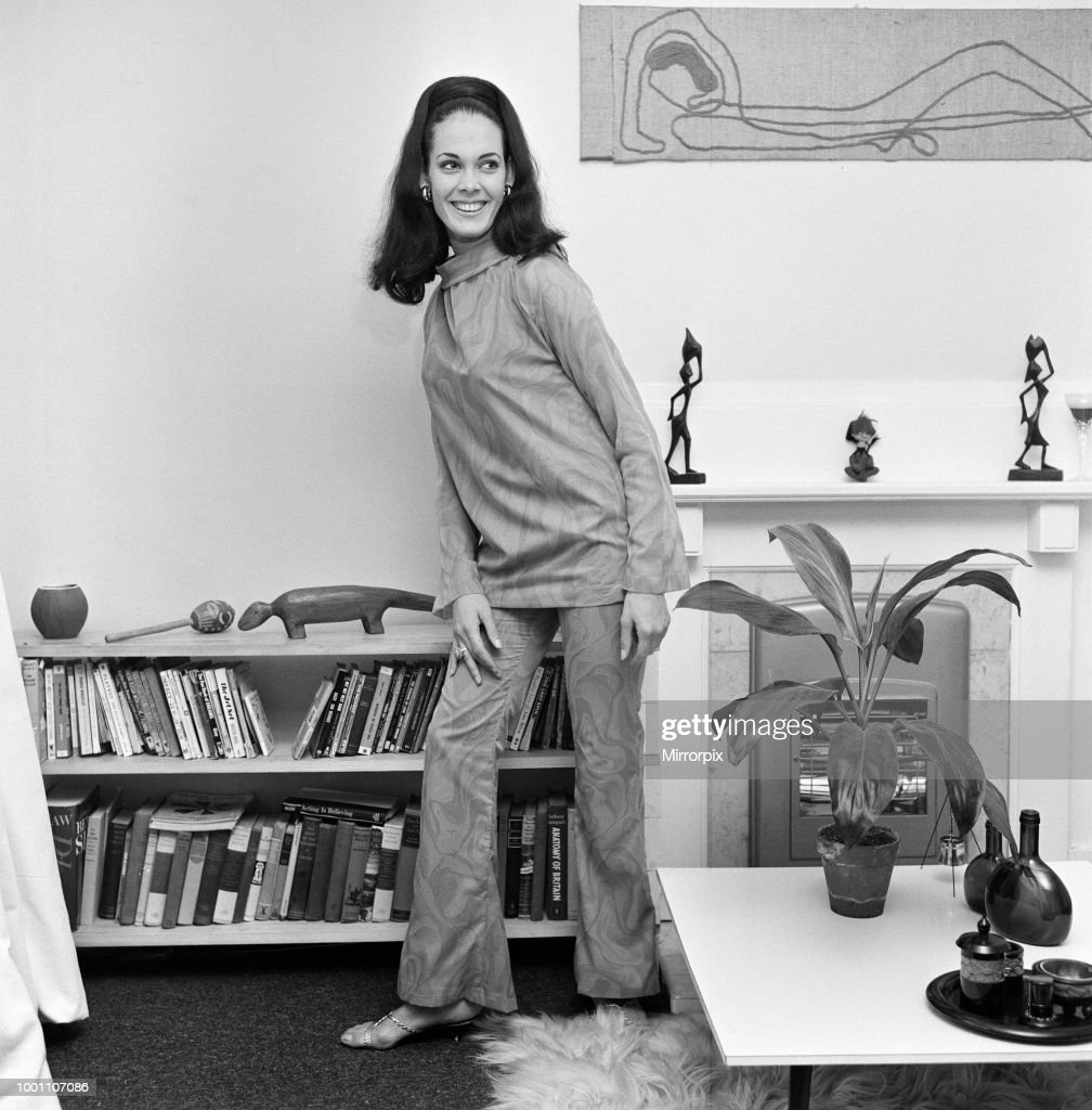 Martine Beswick : News Photo