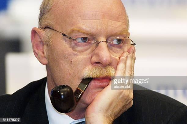 Politiker SPD DBundesminister der VerteidigungPorträt mit Pfeife
