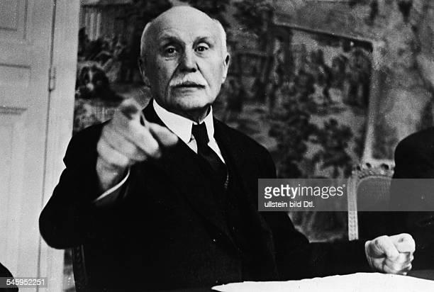 *24051859Marschall Politiker FrankreichChef der VichyRegierungPetain bei der ersten Kabinettssitzung in Vichy nach der Unterredung HitlerDarlan 1941