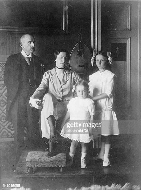 *24071864Schriftsteller Dramatiker Schauspieler Lyriker Dmit seiner Ehefrau Tilly und den Töchtern Kadidja und Pamela 1915