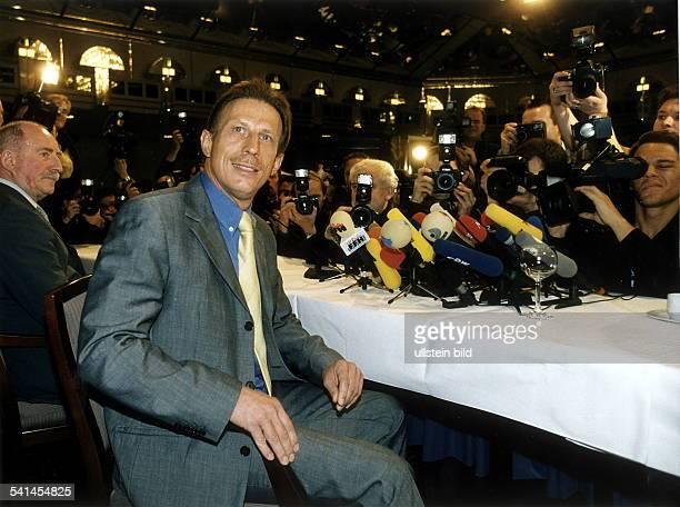 Trainer Fussball DPressekonferenz in Köln im Hotel Hyatt nach seiner Rückkehr nach Deutschland nimmt Stellung zu seinem Drogenkonsum umlagert von...